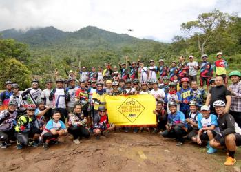 Komunitas BiG BiC JNE saat gowes bersama di Gunung Karang, Cilegon, Banten. Saat ini sudah memiliki anggota 250 orang. (foto diambil sebelum pandemi Covid-19)