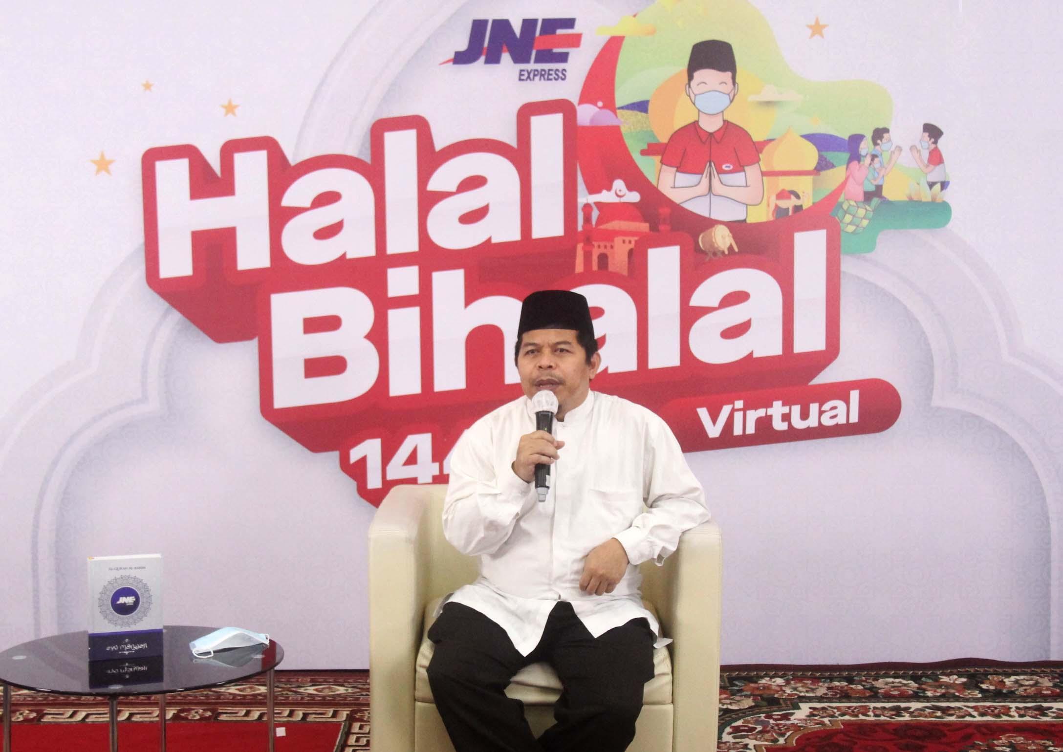 KH. Ahmad Lutfi Fathullah saat memberi tausiyah di acara halal bihalal JNE