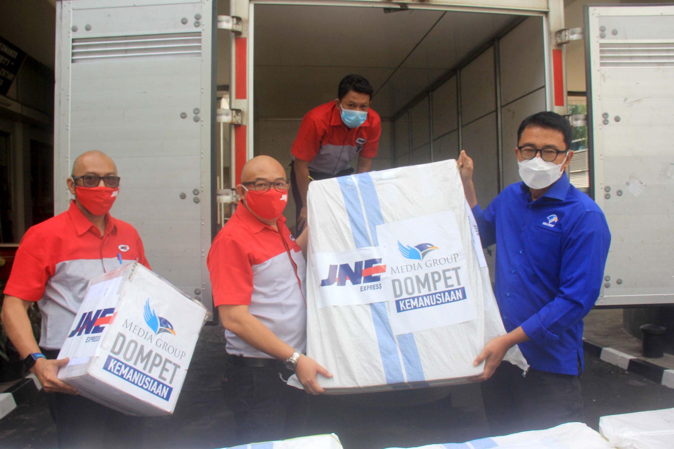 Penyerahan bantuan dari Media Group kepada JNE untuk kemudian didistribusikan ke para korban bencana di NTT