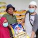 M. Arifin saat bertugas membagikan beras kepada fakir miskin di Anyer