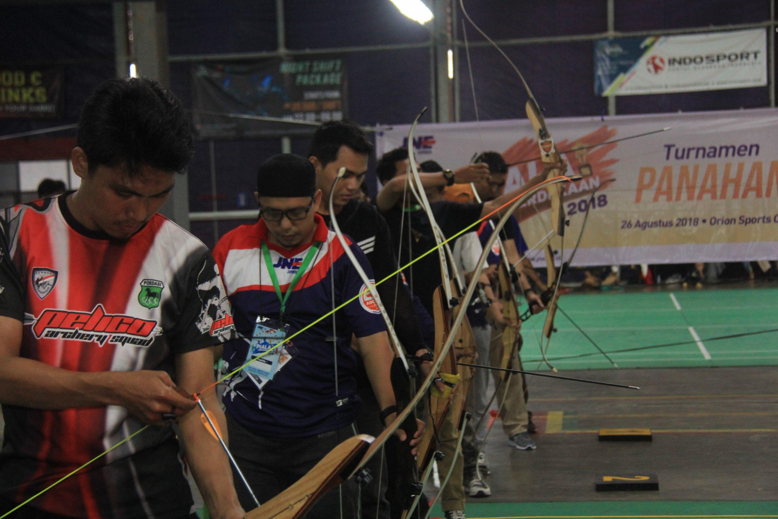 Para anggota JNE Archery Club saat mengadakan latihan bersama sebelum pandemi Covid-19 melanda