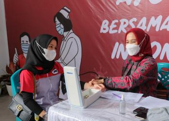 JNE Jambi adakan program vaksinasi covid-19 untuk karyawan dan masyarakat (17/7).