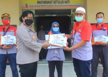 Penyerahan bantuan beras JNE Peduli kepada Kapolsek Neglasari, Tangerang, Kompol Rosiana