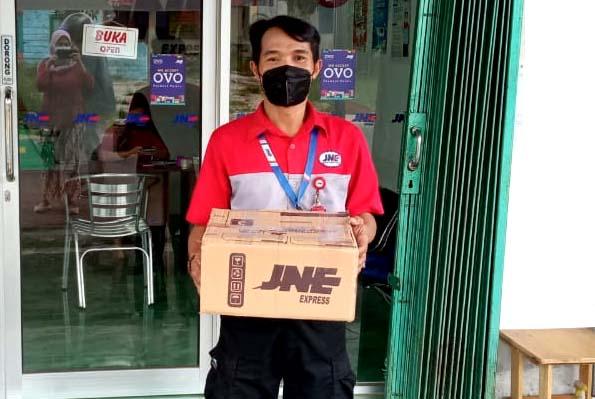 Subhanizar yang sudah 20 tahun mengemban amanah pengiriman paket customer setia JNE Pangkal Pinang