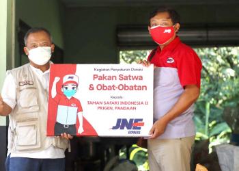 Branch Manager JNE Pasuruan, Rryn Handika, menyerahkan donasi pakan, obat-obatan dan vitamin kepada pengelola Taman Safari Indonesia Prigen