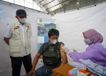 Vaksinasi pelaku UMKM dan masyarakat di kaki gunung